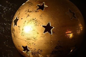 Gold spray paint and glitter ornaments, easy holiday decor Parenting.LeeHansen.com